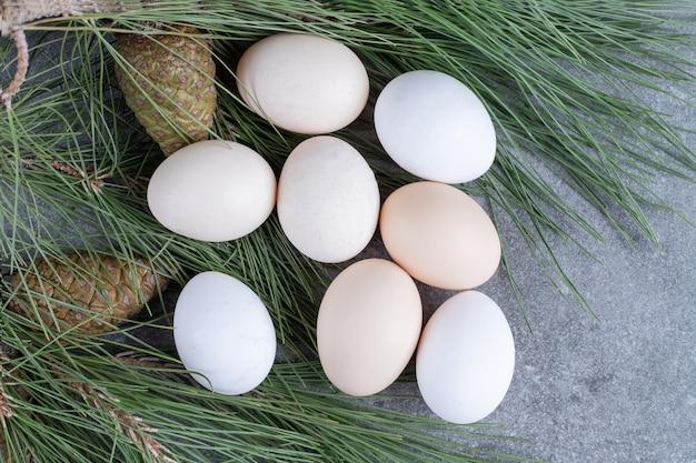 Ovos de galinha brancos frescos em uma superfície de mármore