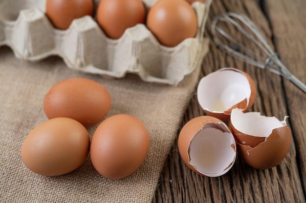 Ovos de galinha crua alimentos orgânicos para uma boa saúde e alta proteína.