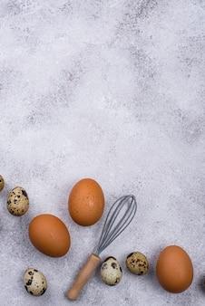 Ovos de galinha e codorna com batedor