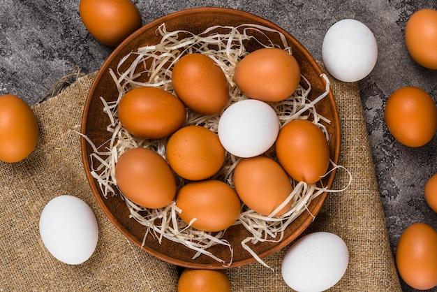 Ovos de galinha em tigela na lona