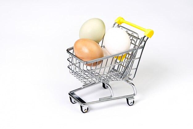 Ovos de galinha em um carrinho de compras.