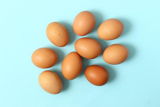 Ovos de galinha em um fundo colorido produtos agrícolas ovos naturais
