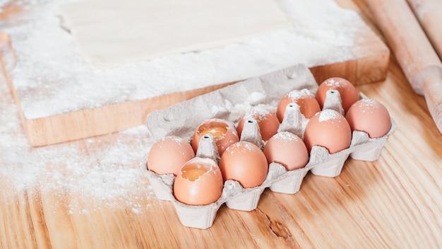 Ovos de galinha em uma embalagem cartonada eram usados para fazer uma massa