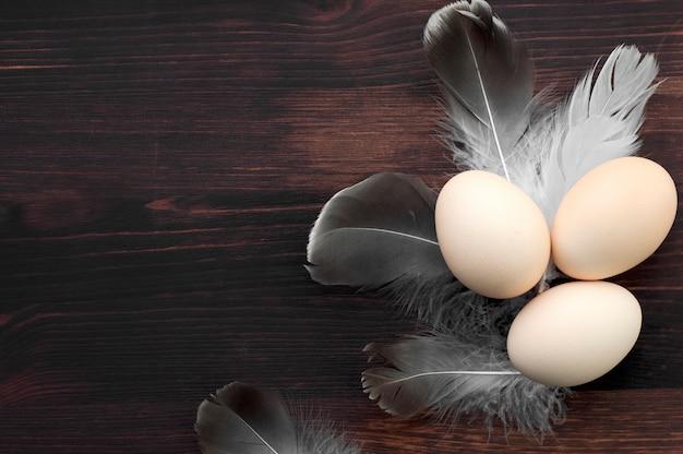 Ovos de galinha em uma superfície de madeira marrom