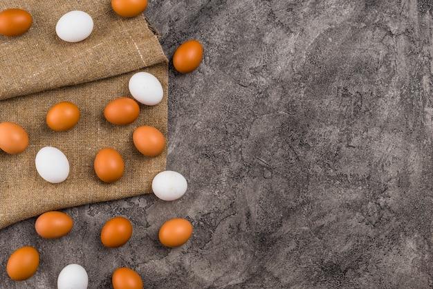 Ovos de galinha espalhados na lona