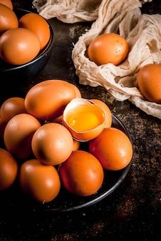 Ovos de galinha fazenda orgânica, em um prato, em um metal enferrujado escuro, copyspace