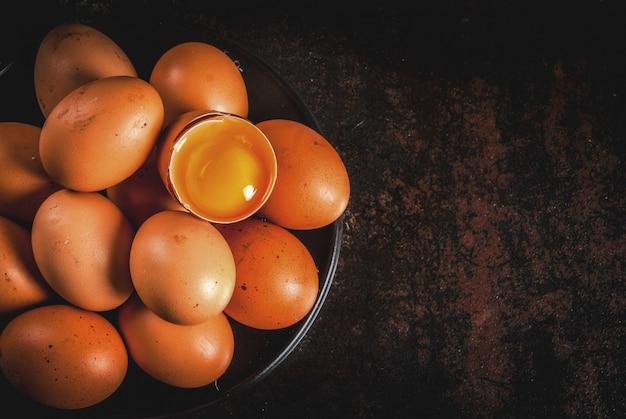 Ovos de galinha fazenda orgânica, em um prato, em um metal enferrujado escuro, vista superior