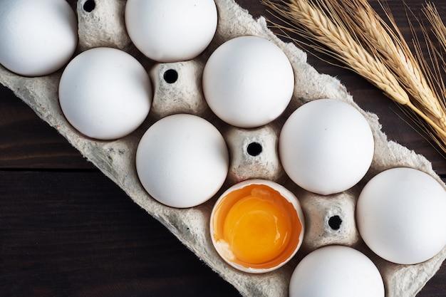 Ovos de galinha frescos em um pacote, ovos crus em uma casca branca em uma caixa.
