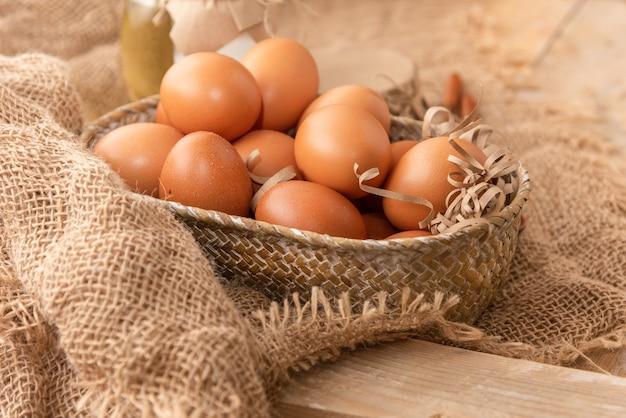 Ovos de galinha frescos em uma mesa de madeira.