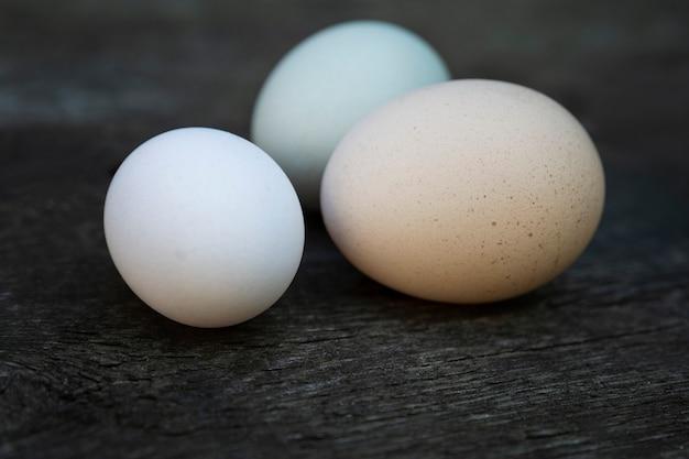 Ovos de galinha frescos em uma velha mesa de madeira. alimentos saudáveis e vitaminas. fechar-se. espaço para texto.