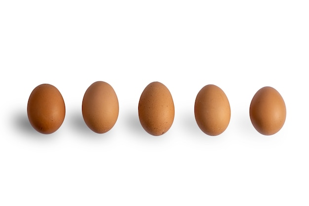 Ovos de galinha marrom em fundo branco isolado com traçado de recorte. ovos crus. ovos frescos naturais.