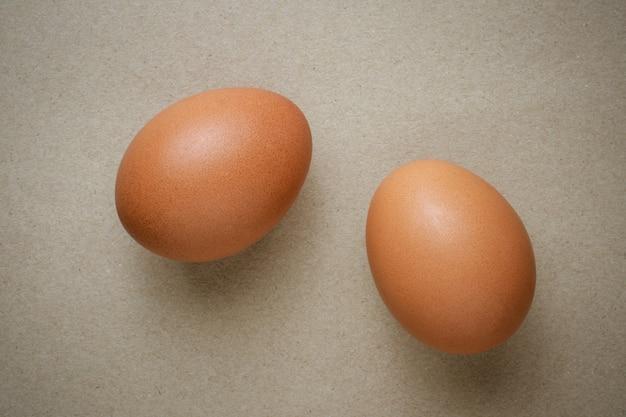 Ovos de galinha marrom em papel reciclado
