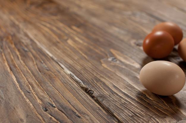 Ovos de galinha na base texturizada de madeira rústica