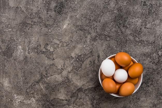 Ovos de galinha na tigela na mesa