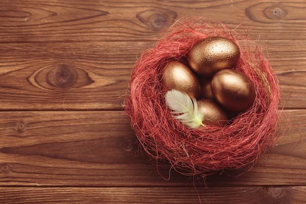 Ovos de ouro na mesa de madeira