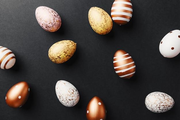Ovos de ouro sobre fundo preto