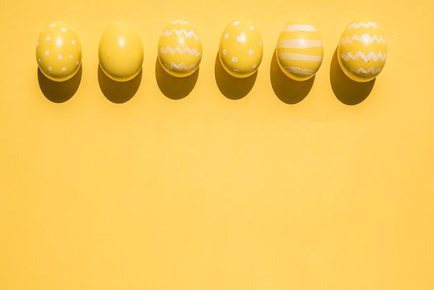 Ovos de páscoa amarelos brilhantes na mesa