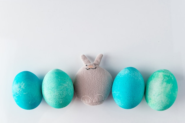 Ovos de páscoa azuis e coelho de brinquedo