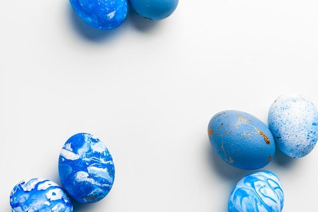 Ovos de páscoa azuis isolados no branco.