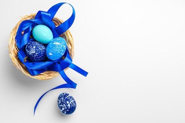 Ovos de páscoa azuis isolados no fundo branco