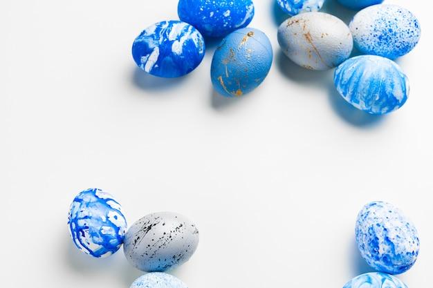 Ovos de páscoa azul sobre fundo branco