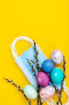 Ovos de páscoa brilhantes máscaras médicas ramos de salgueiro