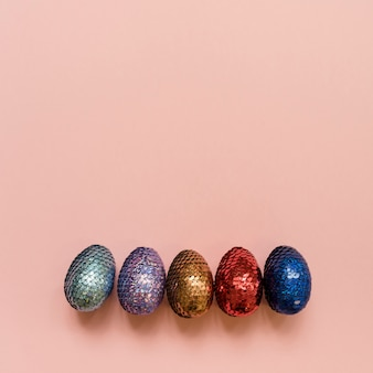 Ovos de páscoa brilhantes na mesa