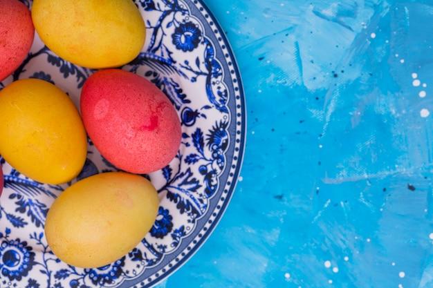 Ovos de páscoa brilhantes no prato na mesa