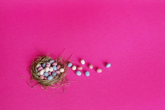 Ovos de páscoa coloridos brilhantes no ninho de um pássaro