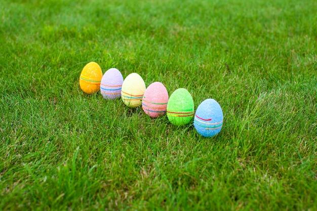 Ovos de páscoa coloridos coloridos na grama