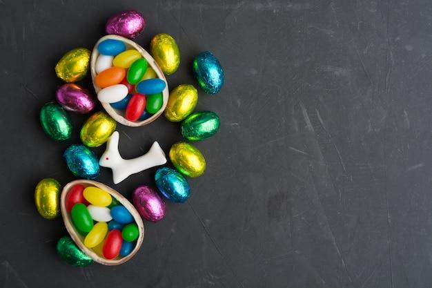 Ovos de páscoa coloridos com coelho mesa cinza com espaço de cópia