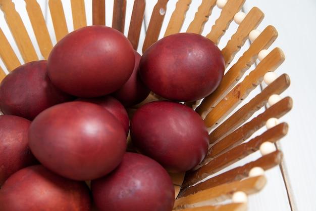 Ovos de páscoa coloridos com feliz páscoa