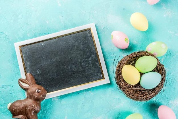 Ovos de páscoa coloridos com ninho de pássaro decorativo