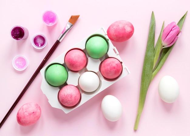 Ovos de páscoa coloridos e flores