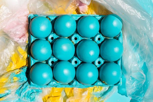 Ovos de páscoa coloridos em rack em papel celofane pintado