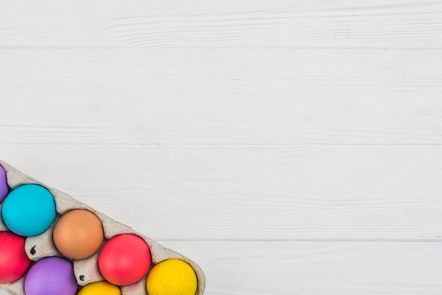 Ovos de páscoa coloridos em rack na mesa