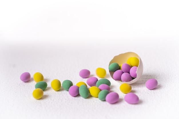 Ovos de páscoa coloridos em uma casca isolada no fundo branco