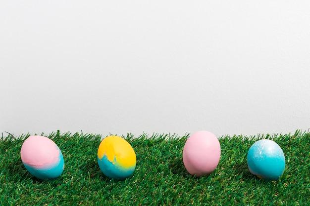 Ovos de páscoa coloridos espalhados na grama