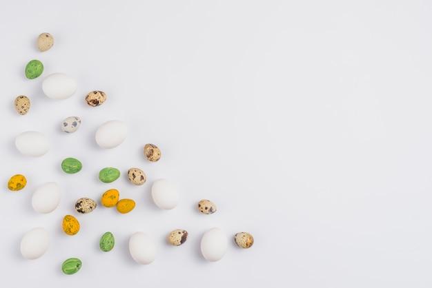 Ovos de páscoa coloridos espalhados na mesa