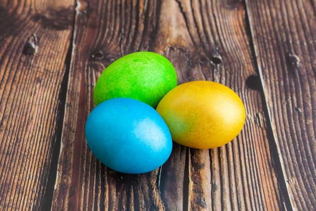 Ovos de páscoa coloridos lindos. conceito de páscoa