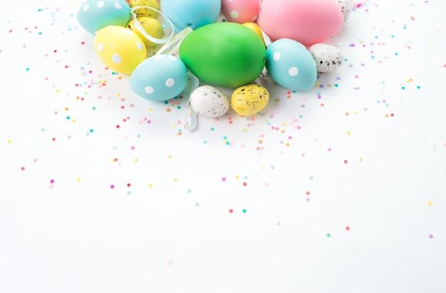 Ovos de páscoa coloridos mentem sobre um fundo claro.
