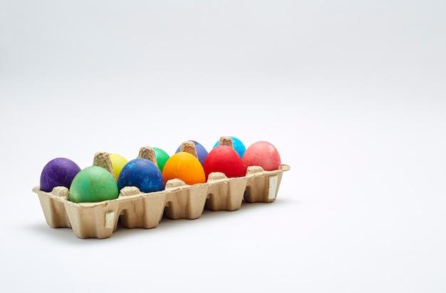 Ovos de páscoa coloridos na caixa