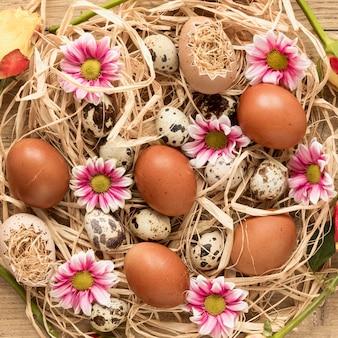 Ovos de páscoa coloridos na cesta de feno