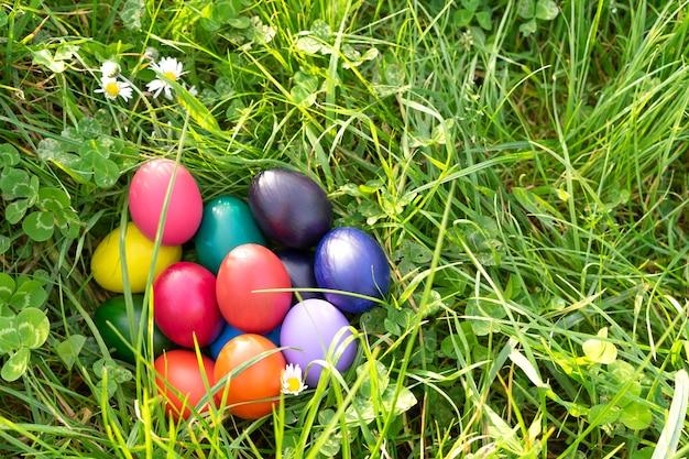 Ovos de páscoa coloridos na grama verde. copie o espaço.