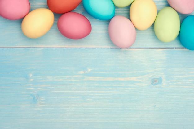 Ovos de páscoa coloridos na prancha de madeira