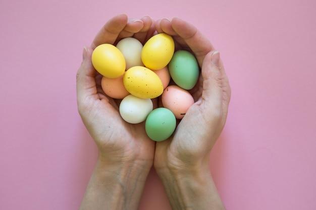 Ovos de páscoa coloridos nas mãos
