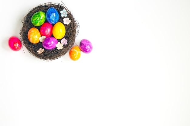 Ovos de páscoa coloridos pintados à mão em um ninho marrom