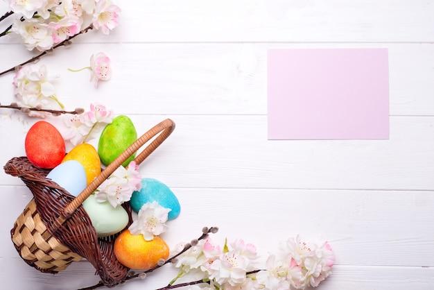 Ovos de páscoa coloridos pintados na cesta marrom