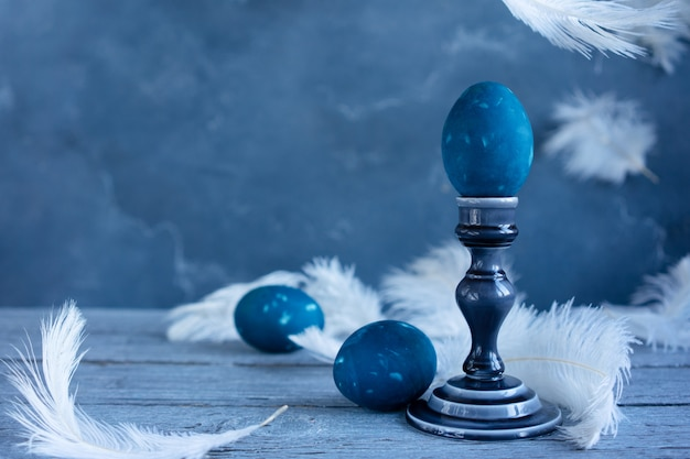 Ovos de páscoa coloridos sobre fundo azul