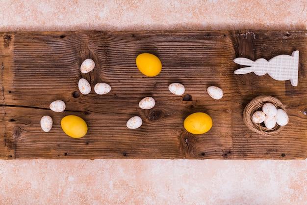 Ovos de páscoa com coelho branco na mesa